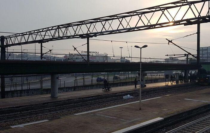 Tragedia a Quarto Oggiaro un uomo è morto sotto un treno